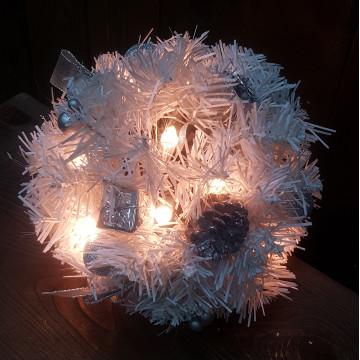 Декор еловый шар d18см белый с огнями 20 ламп и шишками кабель белый