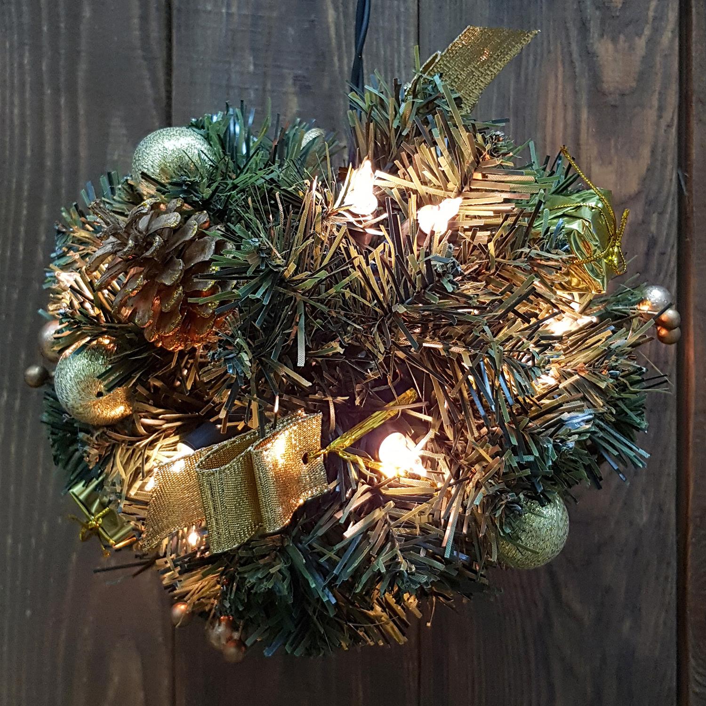 Декор еловый шар d18см зеленый с огнями 20 ламп и золотистыми шишками кабель зеленый